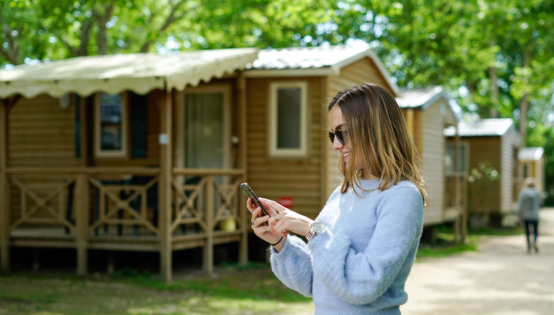 utilisatrice heureuse wiizone connectée smartphone