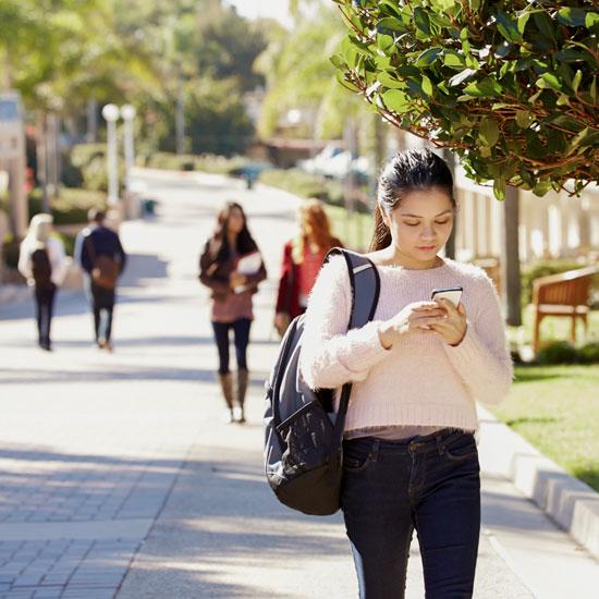 etudiante utilisatrice smartphone connectee wifi etudiant wiizone